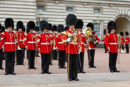 London_UK_Changing_the_Guard_at_Buckingham-Palace-01
